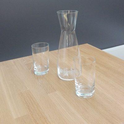 Wasserkaraffe aus Kristallglas mit zwei Trinkgläsern